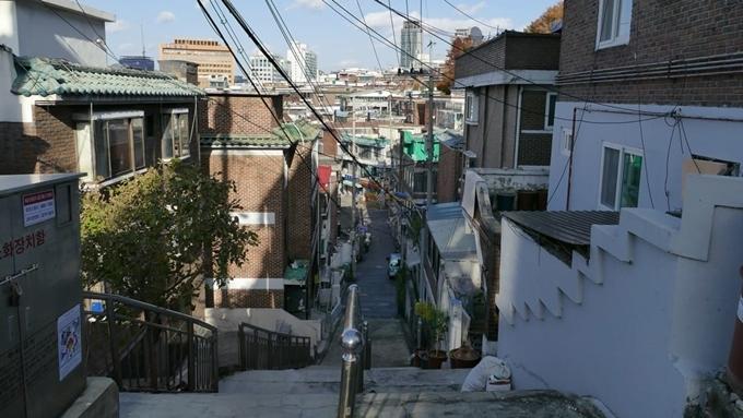 Cầu thang dẫn đến con hẻm nhỏ, nơi Kim Ki Jung (Park So Dam) lên kế hoạch để gia đình họ Park nhận mẹ cô vào làm người giúp việc là một trong những điểm check-in hút khán giả yêu mến bộ phim. Vì nó nằm trongkhu dân cư đông đúc, nên bạn tránh làm phiền cuộc sống của người sống quanh đây. Không xa vị trí này là công viên Seosomun, công viên Songijeong...Địa chỉ: 3 Songijeong-ro, 6-gil, Mapo-gu, Seoul.