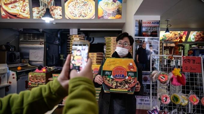 Đa phần khách ghé tiệm đều muốn chụp ảnh kỷ niệmĐịa chỉ: Sky Pizza, 86, Noryangjin-ro 6-gil, Dongjak-gu, Seoul.