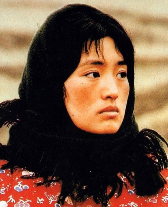 Củng Lợi hóa thân thành người phụ nữ nghèo miền núi.