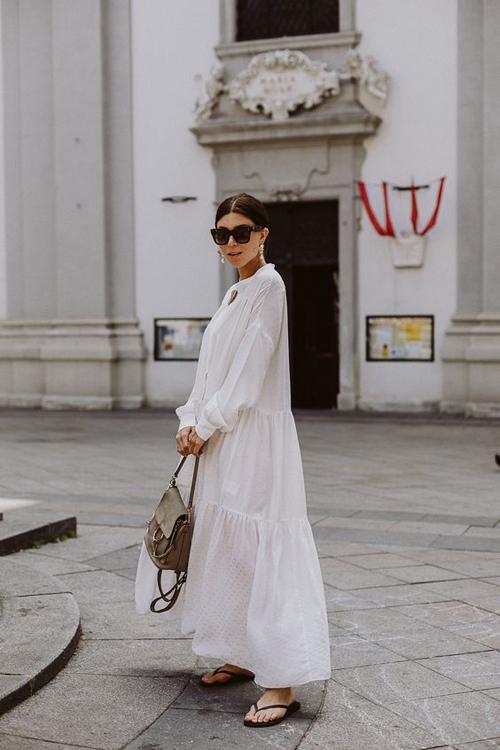 Váy đầm ráp phom nhiều tầng để tạo độ bay bổng cho thân váy cũng là xu hướng được ưa chuộng ở mùa thời trang mới. Thiết kế này phù hợp cho những kỳ nghỉ dưỡng, đi du lịch vào dịp đầu mùa hè.