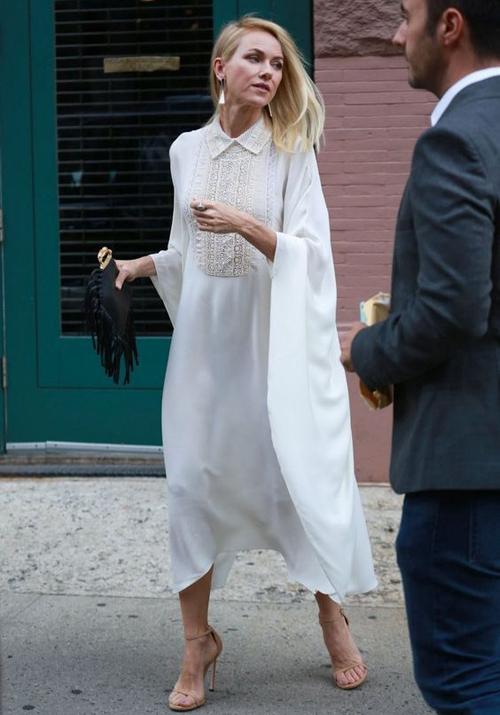 Váy lụa mềm còn được trang trí tỉ mỉ ở các chi tiết cổ áo, ngực váy để trang phục dạo phố của phái đẹp thêm cuốn hút.