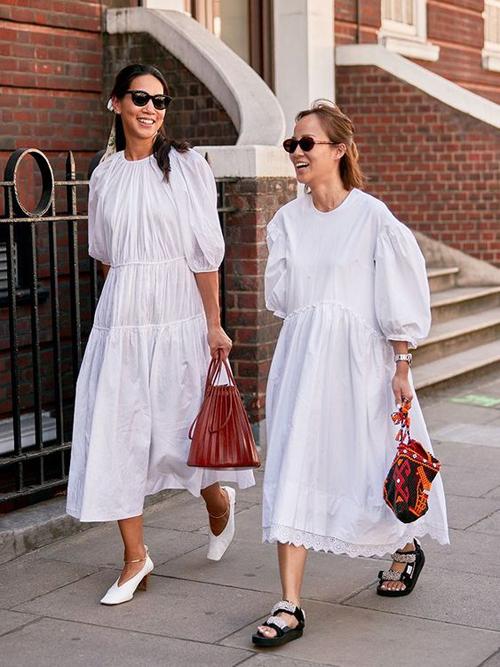 Bước vào mùa nắng, những mẫu váy trắng thiết kế dáng rộng luôn là sản phẩm được phái đẹp ưu tiên hàng đầu.