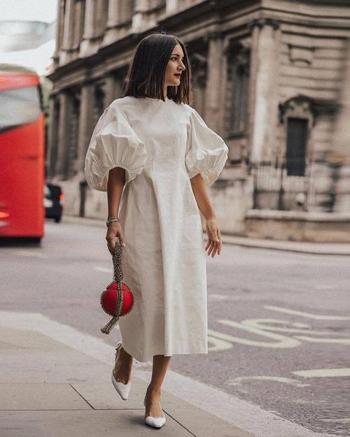 Váy tay bồng, tay chun trên tông trắng cũng là một trong những món đồ được các fashionista lăng xê ở mùa xuân hè năm nay.