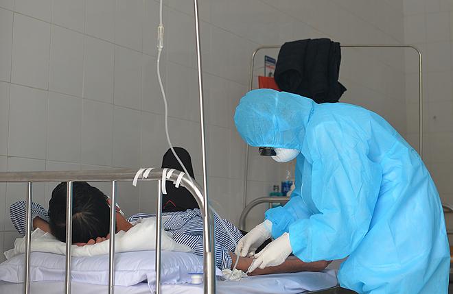 Bệnh nhân cuối cùng mắc Covid-19 ở Vĩnh Phúc được truyền dịch chiều 23/2. Ảnh: Giang Huy.