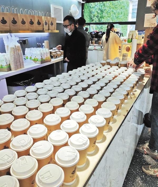 Các nhân viên đeo khẩu trang suốt quá trình pha chế với tốc độ 3 cốc trong 90 giây. Hai người chịu trách nhiệm xay và lọc cà phê, một người pha chế tạo bọt sữa là một người phụ trách khâu đóng gói. Nhiệt độ lý tưởng của sữađể cho ra một ly cà phê latte ngon là khoảng 60 độ C. Nhưng họ đã tăng lên thành 90 độ C để khi đến tay các bác sĩ thì cà phê vẫn còn nóng. Ngay cả khi phục vụ miễn phí, chúng tôi vẫn muốn khách hàng được thưởng thức ly cà phê ngon nhất có thể - Li, quản lý cửa hàng cho hay.