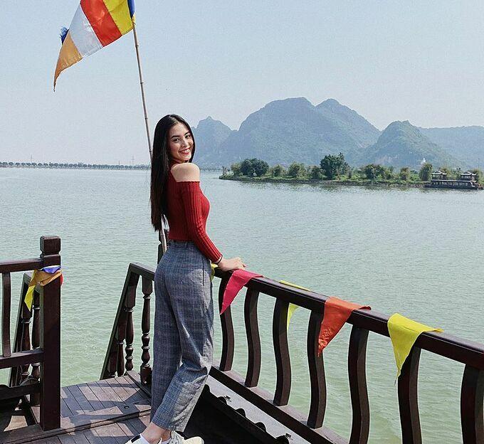 Tiểu Vy tham quan chùa Tam Chúc ở Hà Nam. Hoa hậu bắt trend làm thơ: Trúc xinh trúc mọc dưới sông. Em xinh em đứng một mình dưới sông.