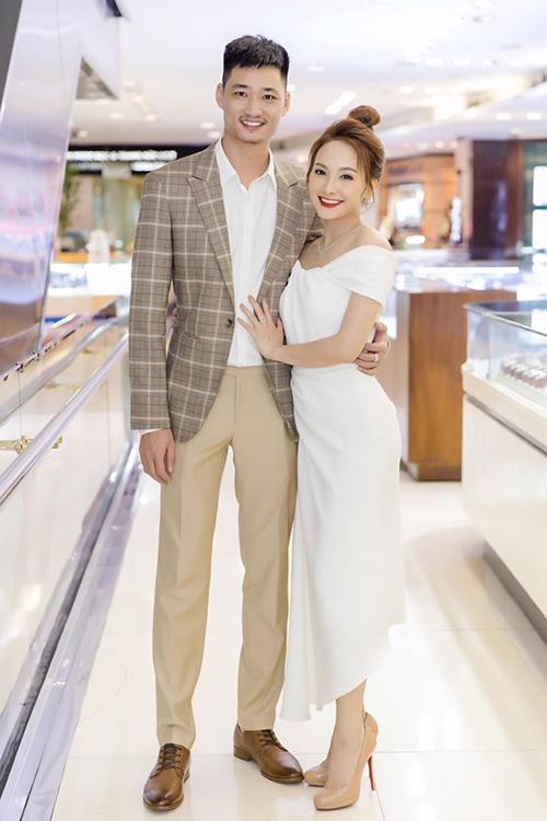 Bảo Thanh và ông xã Đức Thắng chuẩn bị kỷ niệm 10 năm ngày cưới. Cặp đôi vốn là bạn đồng môn ở trường cấp 3 tại Bắc Giang, anh hơn cô hai khóa.