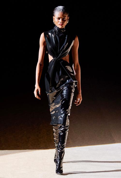 Được giới thiệu cuối cùng, tác phẩm dành cho vedette là chiếc đầm đen xoắn eo kết hợp boots cổ cao đồng điệu.