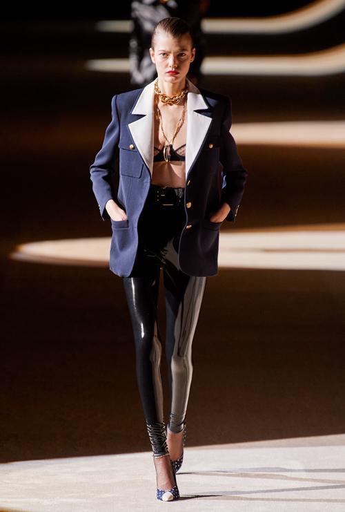 Chất liệu latex được sử dụng xuyên suốt loạt tác phẩm, xuất hiện nhiều nhất là những chiếc quần skinny đen bóng mix cùng đủ kiểu áo ngực sexy.