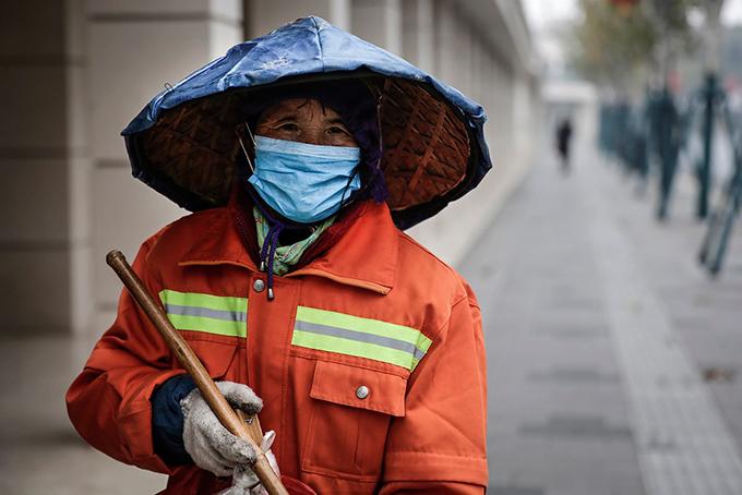 Một công nhân lao công ở thành phố Thượng Hải, Trung Quốc. Ảnh: NYT.