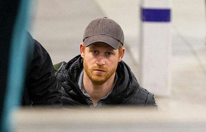 Hoàng tử Harry ở sân bay Edinburg, Anh, tối 25/2. Ảnh: Splashnews.