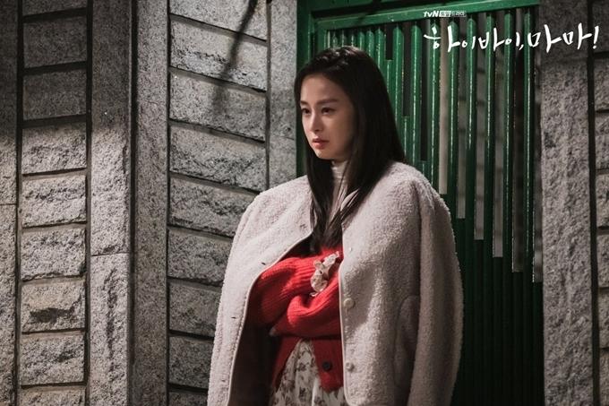 Ở loạtcảnh ký ức, Kim Tae Hee chủ yếu xõa tóc và tết nửa giúp cô trẻ hóa và khác biệt với kiểu tóc búi cao sau khi nhân vật Yu Ri làm mẹ. Các kiểu trang phục, túi xách được ưa chuộng của các cô gái đôi mươi ở Hàn Quốc giữa thập niên 2000 cũng được sử dụng cho cô trên phim. Trong hình là cảnh phim Yu Ri nổi giận và cầm bó hoa đánh người yêu - một trong những tình huống Kim Tae Hee diễn hài hước nhất ở tập 1.