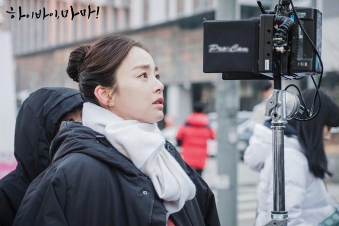 Quay Hi Bye, Mama chỉ hai tháng sau khi sinh con thứ hai, Kim Tae Hee lấy lại vóc dáng nhanh chóng, phù hợp đóng vai Yu Ri thời con gái và có những khung hình đẹp nhất trên màn ảnh. Ở tuổi 39, bà xã Bi Rain vào vai kém nhiều tuổi một cách tự nhiên.