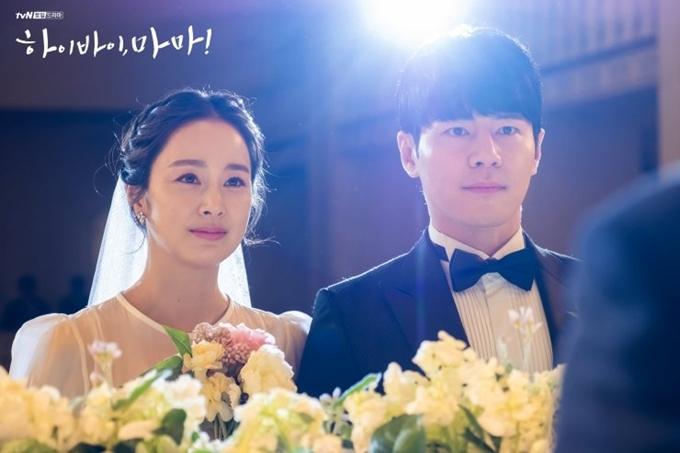 Kim Tae Hee hóa thân thành cô dâu. Lúc này, nhân vật Yu Ri cô đóng 28 tuổi.