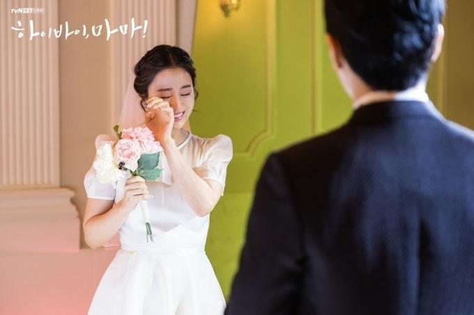 Với cảnh đám cưới, ngọc nữ xứ Hàn trổ tài diễn khóc và khoe giọng hát trên màn ảnh.
