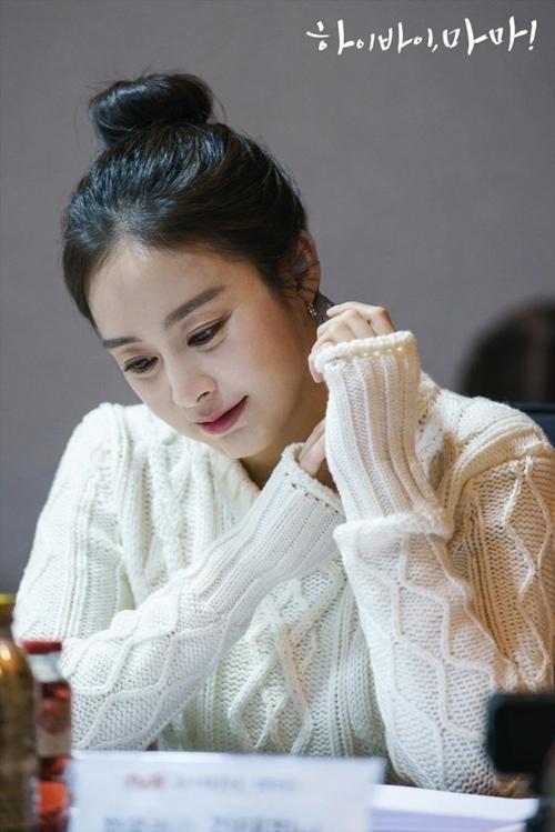 Kim Tae Hee xinh đẹp trong buổi đọc kịch bản cùng dàn diễn viên.