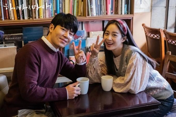 Kim Tae Hee chụp hình với bạn diễn trên trường quay, sau khi hóa trang sinh viên tuổi đôi mươi.