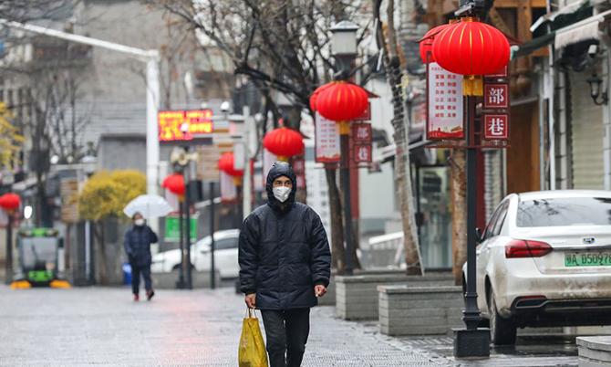 Một con phố vắng bóng người qua lại ở Vũ Hán khi chính quyền áp lệnh phong tỏa. Ảnh: CNN.