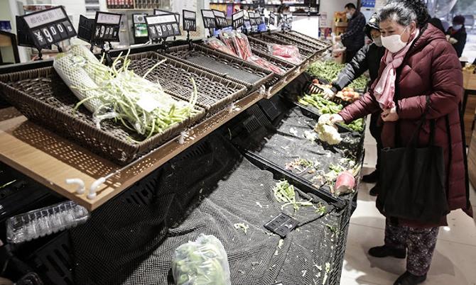 Một siêu thị ở Vũ Hán hết sạch hàng hóa sau lệnh phong tỏa. Ảnh: Reuters.