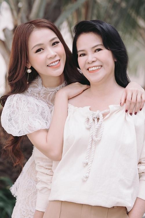 Sam và mẹ diện trang phục đơn giản, dạo phố Sài Gòn. Đây là lần đầu tiên hai mẹ con cùng thực hiện một bộ ảnh kỷ niệm.