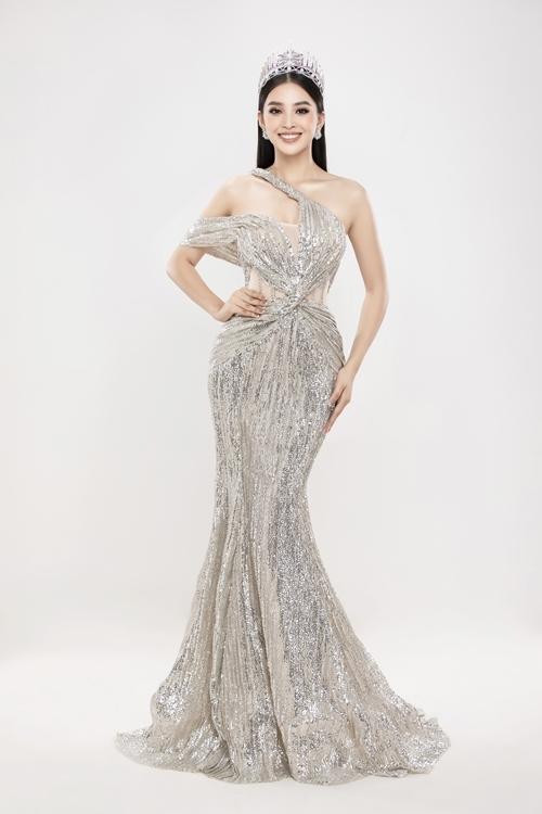 Trang phục ánh bạc tôn lên ngoại hình lộng lẫy của hoa hậu Tiểu Vy.