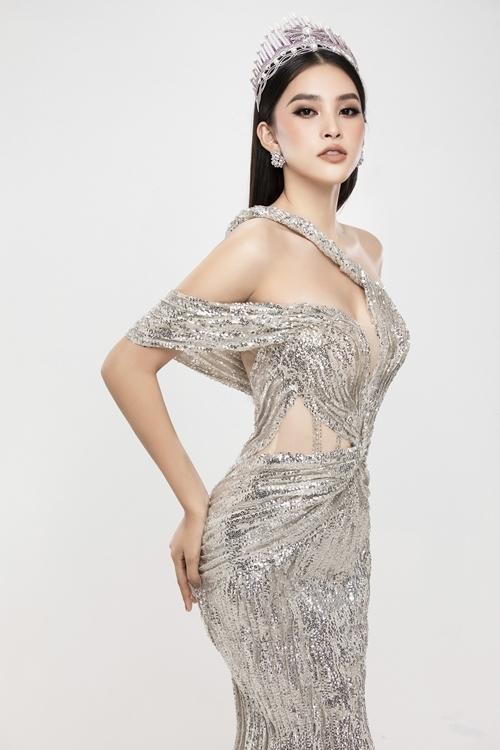 Tiểu Vy thể hiện sự thay đổi về nhan sắc, thần thái sau gần hai năm đăng quang Hoa hậu Việt Nam.