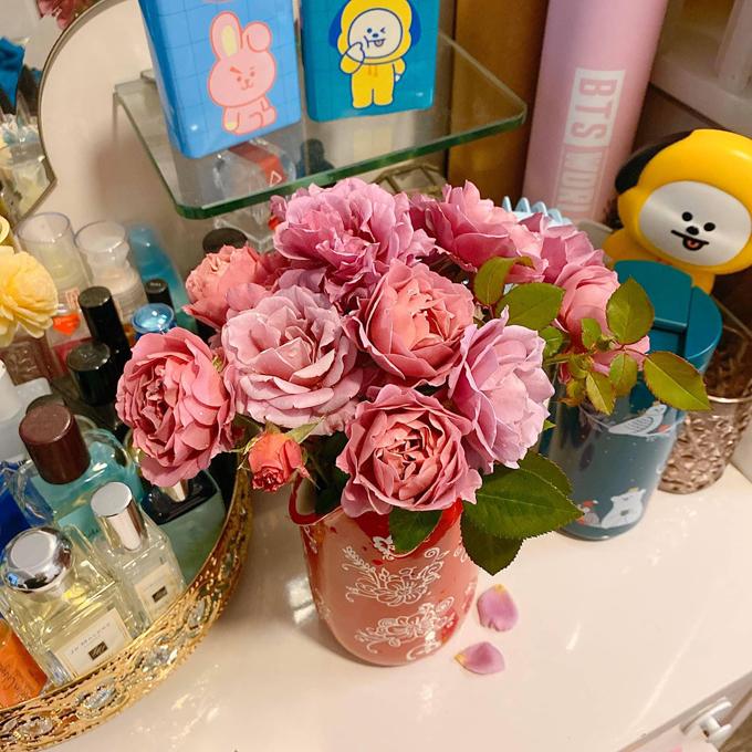 Sau 2 năm, tôi chưa hoàn toàn tự tin về việc trồng hồng, vì mỗi cây lại một kiểu chăm. Nhưng những khi được cắt hoa ngoài ban công dâng thần linh ngày rằm hoặc cắm một bình hoa nhỏ trong phòng ngủ, sáng ngóng đợi từng mầm hoa nở thành bông rực rỡ, tôi thấy công sức mình bỏ ra là xứng đáng, chị bộc bạch.