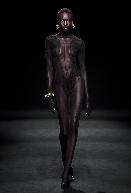 Chất liệu xuyên thấu được khai thác triệt để, tôn lên đường cong mượt mà của cơ thể người phụ nữ.