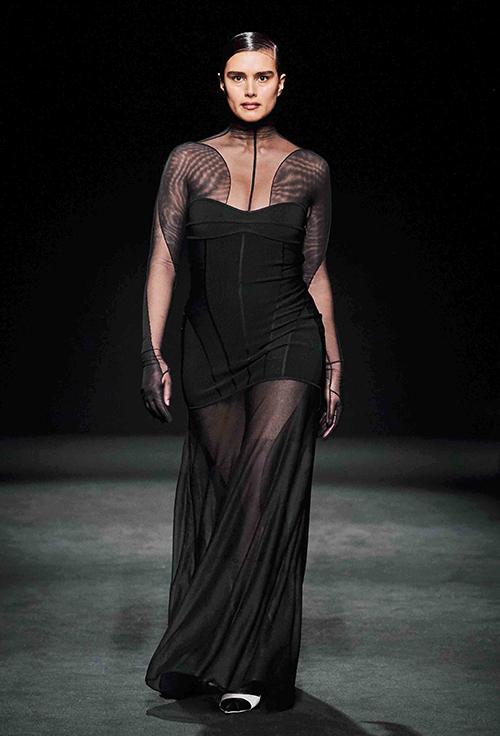 Nhà thiết kế cũng mời một số mẫu béo tham gia catwalk, thể hiện thông điệp tôn trọng mọi vóc dáng.