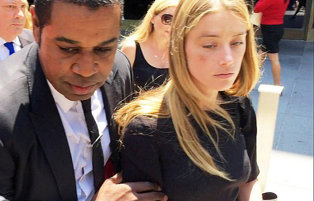 Amber Heard đến tòa với gương mặt thâm tím vào tháng 5/2016 khi cô đệ đơn xin tòa ra lệnh cách ly Johnny Depp.