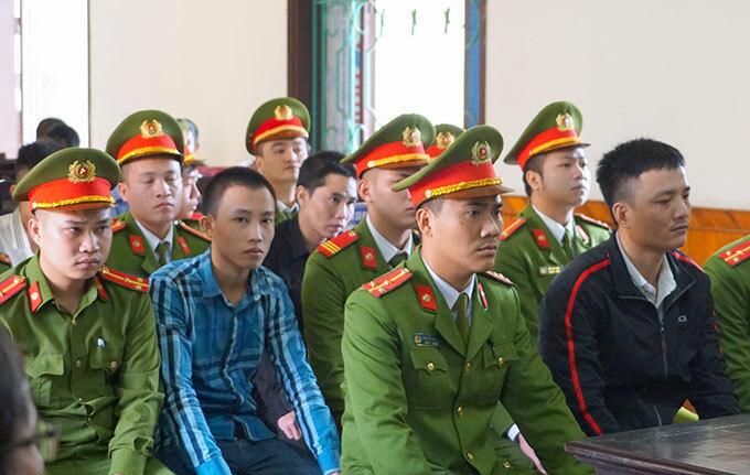 Bị cáo Trung (áo khoác đen) và Phước (áo sọc xanh) tại tòa ngày 27/2. Ảnh: Hùng Lê
