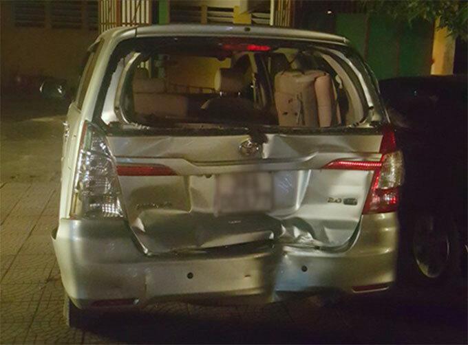 Xe của cảnh sát bị ôtô của Trung tông móp đuôi. Ảnh: Hùng Lê
