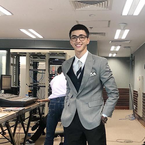 Diễn viên Bình An được khen điển trai khi khoe tóc theo nhân vật Park Sae Ro Yi (do Park Seo Joon thủ vai) trong phim truyền hình Hàn Quốc đang gây sốt Itaewon Class (Tầng lớp Itaewon).