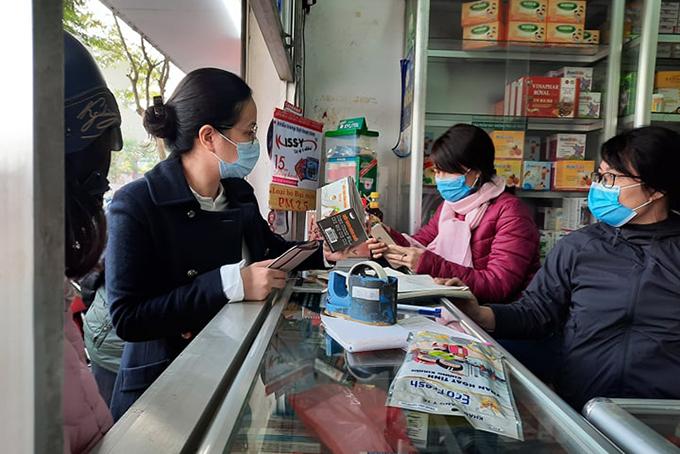 Nhiều cửa hàng thuốc ở phố Ngọc Khánh đã hết khẩu trang N95, 3M. Ảnh: Ngoan Nguyễn.