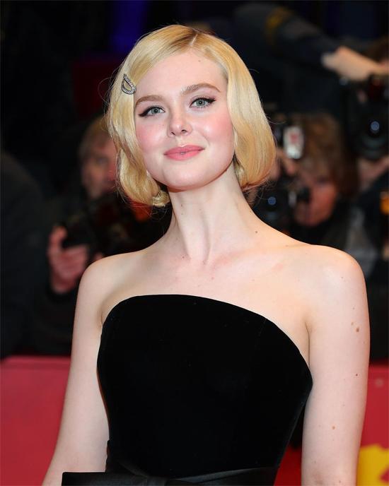 Elle Fanning quyến rũ trên thảm đỏ buổi công chiếu phim The Roads Not Taken. Người đẹp 21 tuổi để mái tóc uốn kiểu cổ điển thập niên 1920 kết hợp với chiếc kẹp đính kim cương.