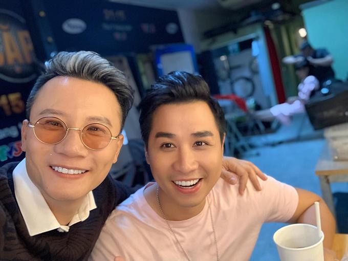 Ca sĩ Hoàng Bách trêu MC Nguyên Khang: Hôm nay tôi xin công khai, chúng tôi hơn cả bạn.