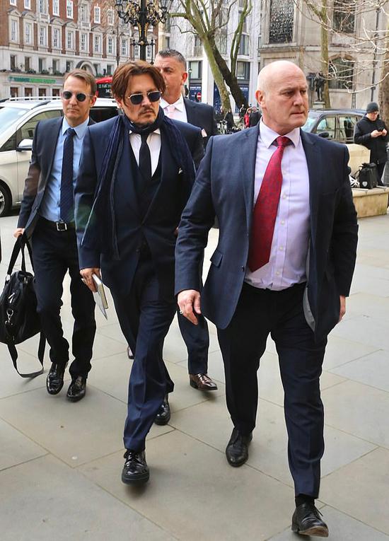 Johnny Depp (đeo kính) tới tòa cùng đội ngũ luật sư ngày 26/2.