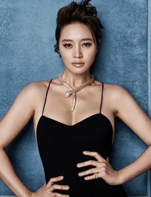 Hôm 26/2, biểu tượng sexy của phim Hàn Kim Hye Soo quyên góp 100 triệu Won cho Hiệp hội cứu trợ tai nạn, thảm họa Hàn Quốc Nhịp Cầu Hy Vọng.