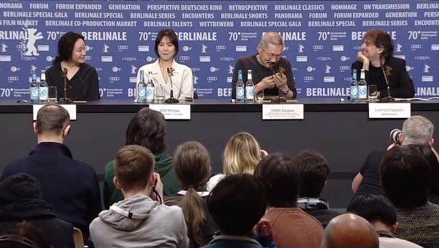 Kim Min Hee ngồi sát bên vị đạo diễn khi cả hai trả lời phỏng vấn báo chí phương Tây.