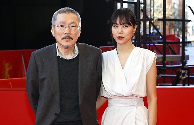 Diễn viên Hàn Quốc Kim Min Hee và đạo diễn Hong Sang Soo xuất hiện trên thảm đỏ Liên hoan phim Berlin (Berlin International Film Festival) hôm 25/2. Năm nay, họ mang đến Liên hoan phim tác phẩm The Woman Who Ran, phimtranh giải Gấu bạc (Golden Bear). Như thường lệ, Kim Min Hee đóng vai chính của phim. Từ khi công khai quan hệ với vị đạo diễn, cô trở thành nàng thơ trong mọi tác phẩm của ông.