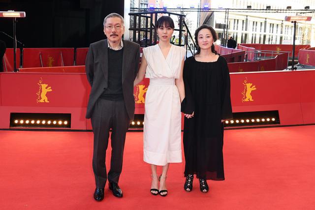 Kim Min Hee sát cánh cùng người tình hơn 21 tuổi trên thảm đỏ. Cô và vị đạo diễn đã bên nhau 4 năm, bất chấp mọi ồn ào, chỉ trích của dư luận. Cho đến hiện tại, vị đạo diễn vẫn chưa được chấp thuận ly dị vợ, dù ông nhiều lần nộp đơn lên tòa án. Theo một số nguồn tin, vợ ông Hong không chịu chia tay.