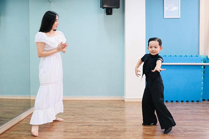 Khánh Thi cho biết vợ chồng cô rất ngạc nhiên với khả năng nhớ động tác và cảm nhạc của Kubi. Khi thấy con say mê nhảy, cô hỏi Kubi đang làm gì đó, bé vừa nhảy vừa nói con phải chăm chỉ tập luyện nhảy mỗi ngày như ba mẹ và các anh chị thì mới được nhiều huy chương như ba Hiển, câu nói ngây ngô mà đầy hợp lý của bé khiến hai vợ chồng hạnh phúc và thấy yêu Kubi lắm lắm.