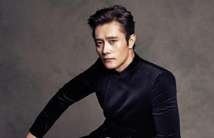 Tài tử Lee Byung Hun ủng hộ người dân vùng dịch 100 triệu Won.