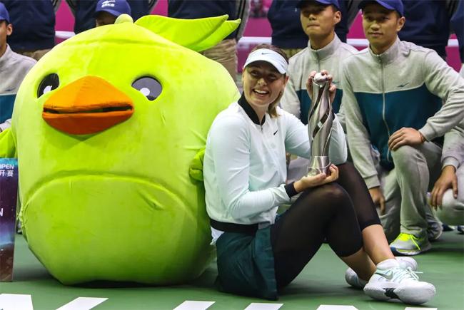 Trở lại sau án phạt gần một năm rưỡi, Sharapova không có được phong độ ổn định và vật lộn với chấn thương. Tháng 10/2017, người đẹp vô địch giải Thiên Tân mở rộng ở Trung Quốc sau khi được đặc cách thi đấu. Đây là danh hiệu WTA cuối cùng trong sự nghiệp của Shrapova.