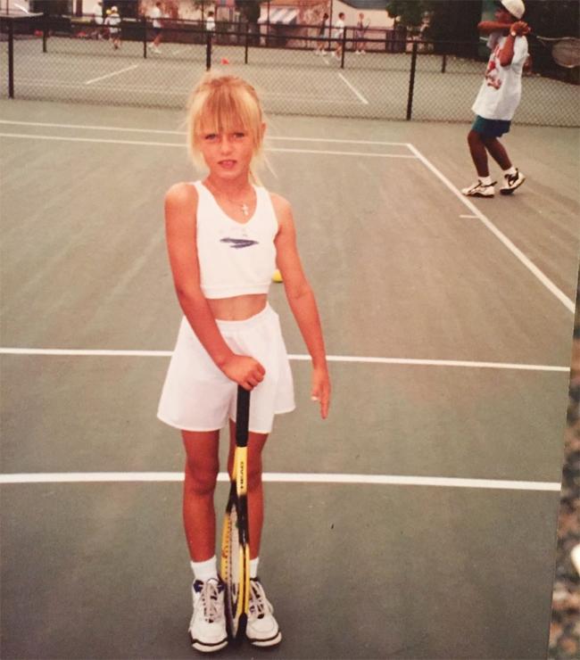 Sau khi tuyên bố chia tay làng quần vợt hôm 26/2, Maria Sharapova chia sẻ bức ảnh ngày nhỏ trên trang cá nhân và tự sự: Quần vợt cho tôi thấy thế giới và cũng cho tôi thấy những phẩm chất của mình. Nó là cách tôi thử thách bản thân và đo sự trưởng thành. Và dù có lựa chọn điều gì ở chương tiếp theo của cuộc đời, ngọn núi tiếp theo của tôi, tôi vẫn cứ bước tiếp, tiếp tục chinh phục và tiếp tục tiến bộ. Tennis - xin tạm biệt.Trong tâm thư giải nghệ, người đẹp Nga kể lạilần đầu thấy sân tennis vào năm 4 tuổi. Ký ức của Sharapova lúc đó là cô quá nhỏ, chỉ bằng nửa cây vợt. Tuy nhiên, khi nhìn thấy cô con gái 4 tuổi đánh bóng ở Sochi, bố mẹ Sharapova - ông Yuri và bà Yelena - có quyết định táo bạo không khác gì đánh bạc là sang Mỹ cho con gái theo nghiệp bóng nỉ theo lời khuyên của huyền thoại quần vợt Martina Navratilova. Chỉ với 700 USD tiền tiết kiệm và không biết một chữ tiếng Anh, ông Yuri và bà Maria quyết định di cư sang xứ sở cờ hoa năm 1994 khi con gái mới hơn 6 tuổi. Vì trục trặc visa, bà Yelena hai năm sau mới được qua Mỹ. Trong thời gian Maria Sharapova rèn luyện học việnIMG -nơi từng đào tạo Andre Agassi, Monica Seles vàAnna Kournikova - ông Yuri phải làm rất nhiều nghề để kiếm tiền cho con nuôi ước mơ thành danh.