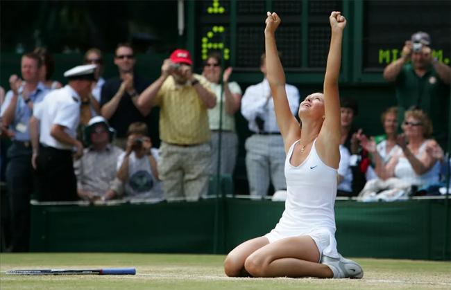 Niềm vui của thiếu nữ 17 tuổi sau khi đánh bại đàn chị Serena Williams tại chung kết Wimbledon 2004. Chiến thắng của Sharapova trước hạt giống hàng đầu và cũng là đương kim vô địch được coi là cú sốc lớn nhất của giải. Danh hiệu Grand Slam đầu tiên đưa Sharapova vào top 10 thế giới.