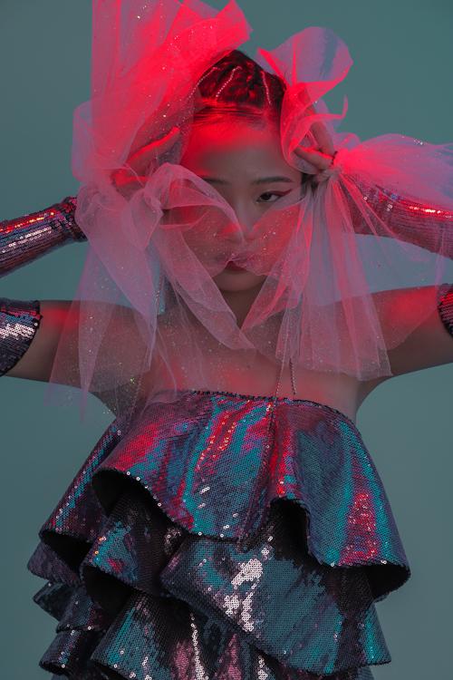 Các chất liệu vải sequins, lưới ánh kim được nhà mốt kết hợp cùng nhau để mang lại vẻ lấp lánh cho trang phục trẻ em.