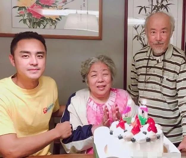 Nam diễn viên Minh Đạo bên bố mẹ già.