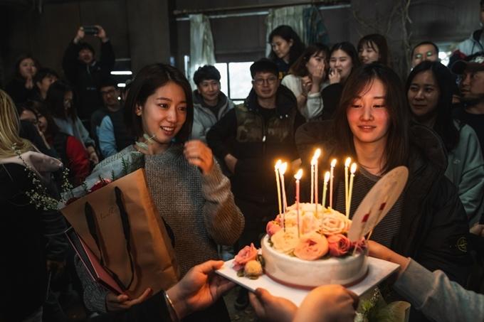 Park Shin Hye (trái) trong ngày đóng máy phim Call.