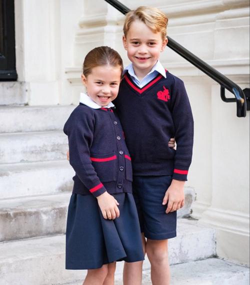 Hoàng tử George và em gái Charlotte cười tưtrong ngày khai giảng năm học 2019-2020. Ảnh: PA.